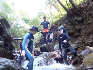 川を歩いて滝を目指します