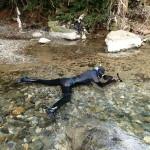 川の生物撮影風景