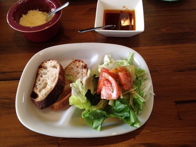 サラダとパン パンは「おとなりや」さんのパンです