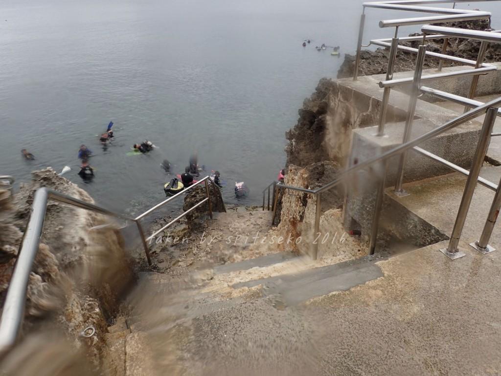 真栄田岬、エントリー付近の階段拡張工事終わったみたいです