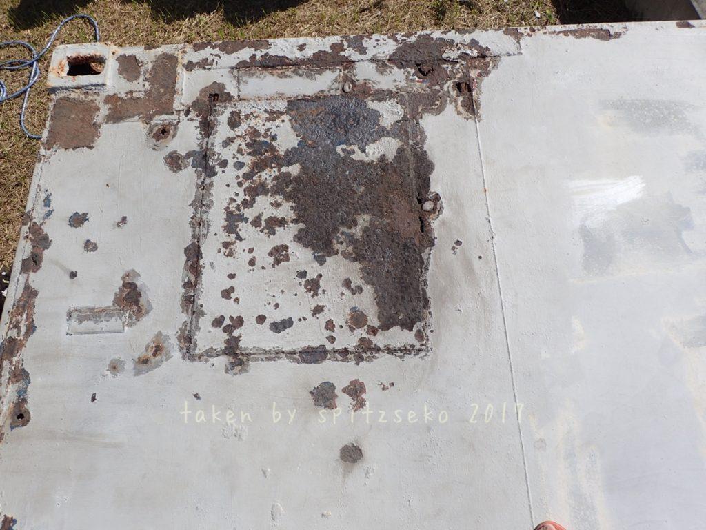 2017/11/29 ふくらんだ下、コーキングの下 コンテナ屋根左側