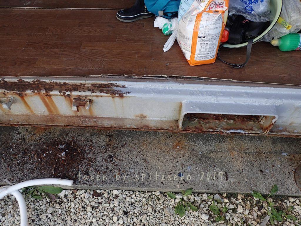 2017/11/30 コンテナ扉下部のサビをある程度剝がしサビコートを塗る