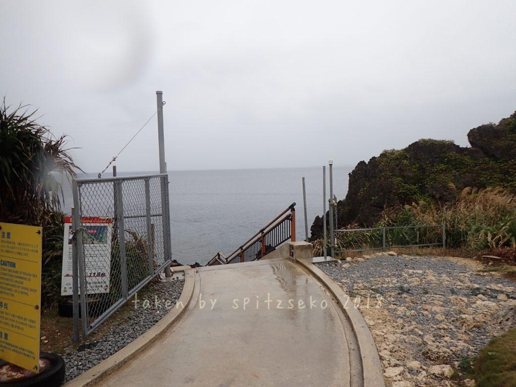 いつの間にか真栄田岬の階段トップにゲートができてました