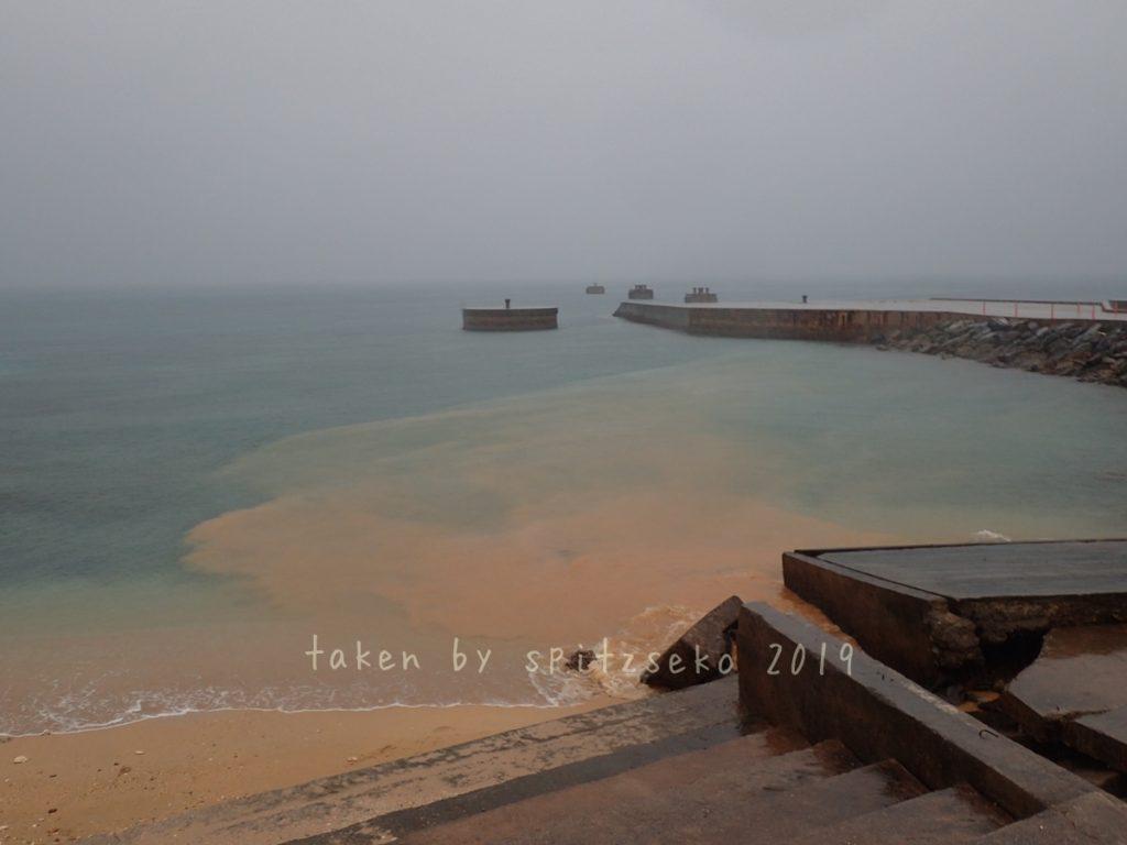 雨で濁った水が入ってきたレッドビーチ